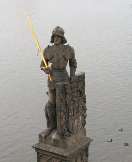 Socha Bruncvíka se lvem na Karlově mostě