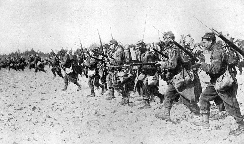 Francouzští vojáci v poli během bajonetového útoku