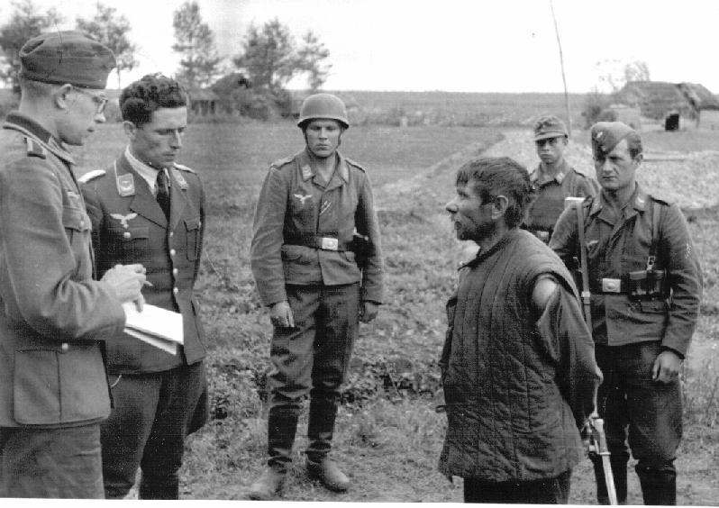 Němečtí vojáci vyslýchají sovětského partyzána