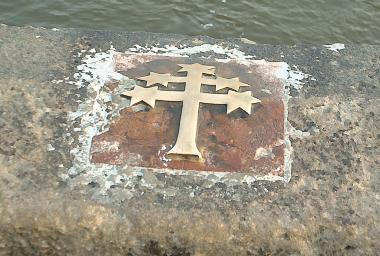 Označené místo na Karlově mostě odkud byl Jan z Pomuku svržen do Vltavy